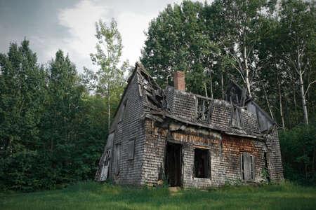 destroyed: Spooky Haunted House zwischen den B�umen.