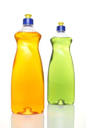 lavar platos: Dos botellas de colores de lavavajillas l�quido sobre fondo blanco. Foto de archivo