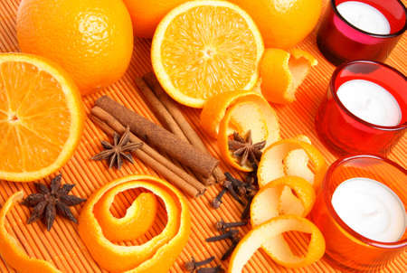 orange peel clove: Le arance, le spezie e le candele di Natale nella luce calda. Archivio Fotografico