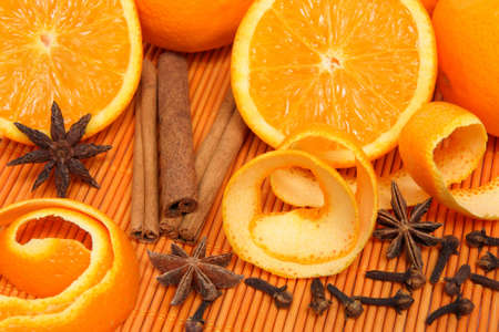 orange peel clove: Arance di Natale e spezie in luce calda.