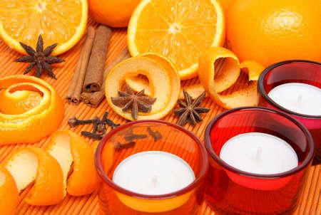 orange peel clove: Candele, le arance e le spezie di Natale in luce calda. Archivio Fotografico