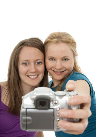 foto: Twee mooie meiden poseren voor een camera en amusement. Stockfoto