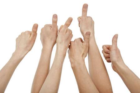 lift hands: Muchas manos hasta que los pulgares, aislado en blanco.