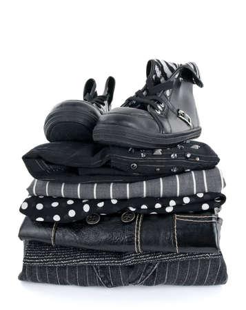 スタイリッシュな黒服と白い背景の上のブーツのペア。