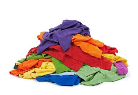Big heap van kleurrijke kleding, geïsoleerd op een witte achtergrond.