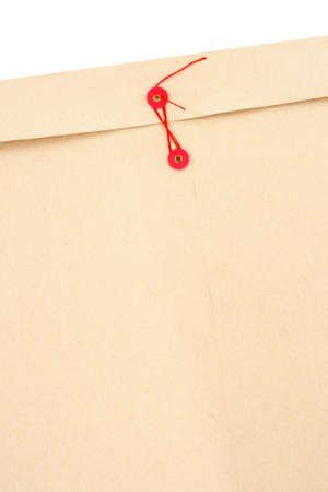 Manilla office envelop met rode string en ruimte voor tekst.