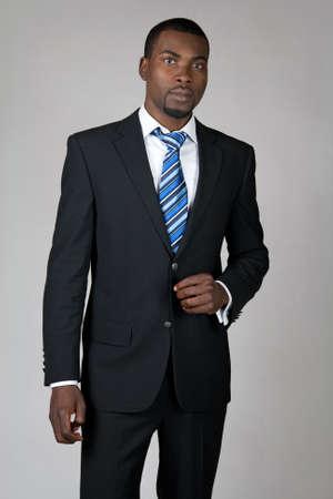 traje: Caballero afroamericano elegante vestido con traje y corbata.