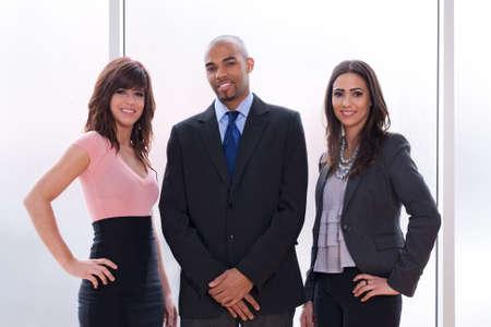 mulato: Equipo de negocios feliz y orgulloso, tres sonrientes j�venes.