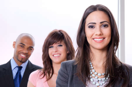 Equipo de negocios joven y exitoso, tres personas sonrientes de diferentes razas. Foto de archivo