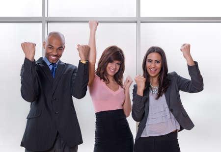 Winnaars. Gelukkig en succesvol multicultureel business team.