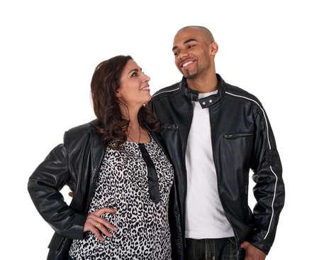 Junger Mann mit einer reifen Frau, lächelnd und auf einander.