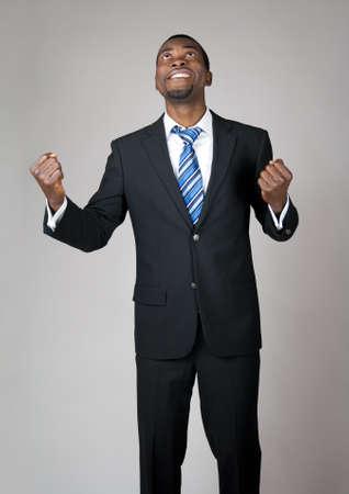 predicatore: Emotivo uomo d'affari afro-americano a guardare il cielo e pregare nella speranza. Archivio Fotografico