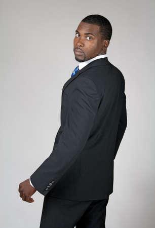 Afro-Amerikaanse zakenman te draaien en terug te kijken.