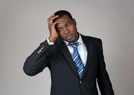 wanhopig: Zakelijk gaat het mis. Afro-Amerikaanse zakenman op zoek gefrustreerd. Stockfoto