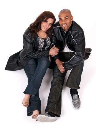 Multikulturelle Paar. Reife Frau hält den Arm an ihren jüngeren Freund.