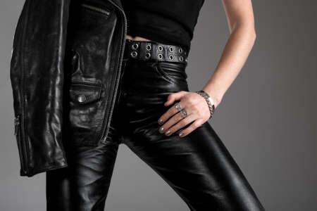 chaqueta de cuero: Persona con pantalones de cuero negro y una chaqueta con cremallera. Foto de archivo