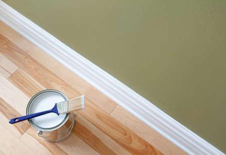 白いペンキと木製の床に絵筆の新しくオープンすることができます。 写真素材