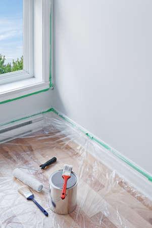 decorando: Renovaciones herramientas de pintura y el suelo protegidas por pl�stico
