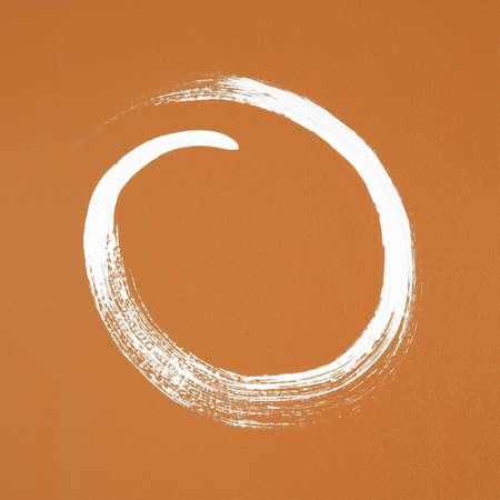 Witte cirkel geschilderd op oranje achtergrond borstel slag textuur Stockfoto