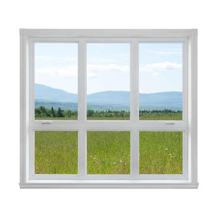 Zomer veld en bergen gezien door het raam