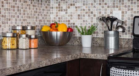 현대 부엌 조리대에 음식 재료와 녹색 허브