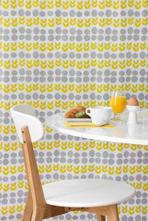 밝은 꽃 배경에 아침 식사 현대 테이블과 의자 스톡 콘텐츠
