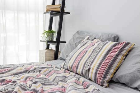 현대 침실을 장식 선반에 램프, 책, 녹색 식물