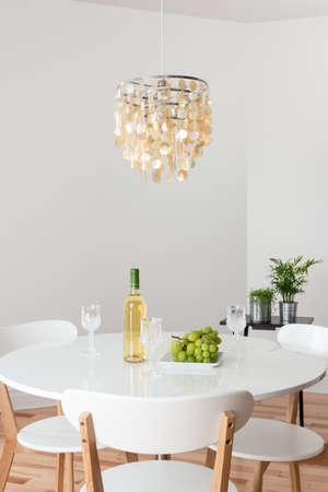 jídelna: Pokoj s ozdobným lustr, bílý kulatý stůl a rostlin
