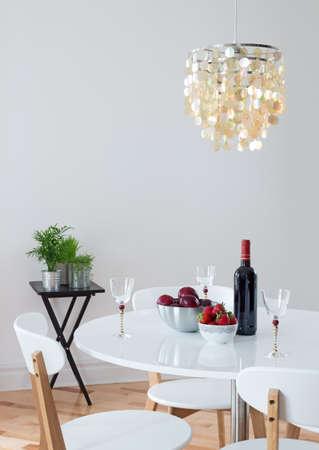 식당 테이블에 아름다운 샹들리에 레드 와인과 과일 장식