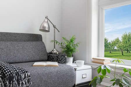 현대적인 장식과 녹색 정원의 아름다운 전망이있는 방.