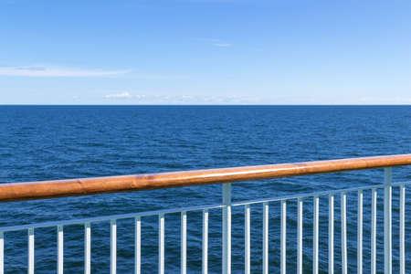 백그라운드에서 바다와 푸른 하늘 여객선 난간
