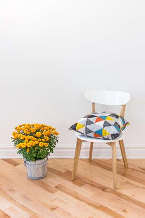 방을 장식 밝은 의자에 쿠션, 오렌지 국화. 스톡 콘텐츠
