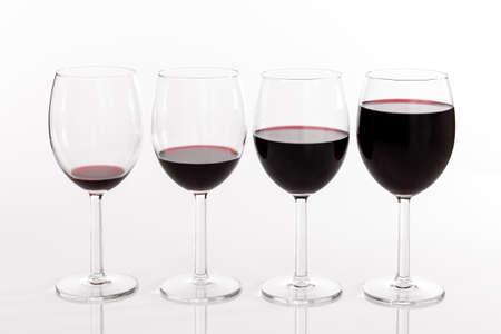 Cuatro vasos llenos de diferentes cantidades de vino tinto Foto de archivo