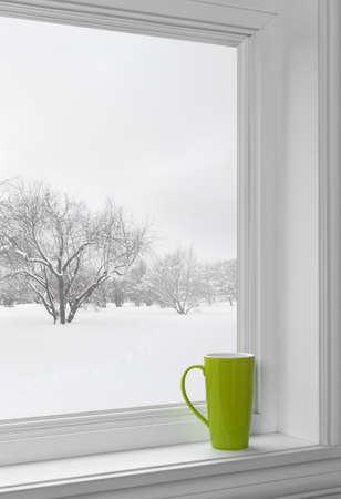 겨울 풍경 창턱에 그린 컵, 창문을 통해 본. 스톡 콘텐츠