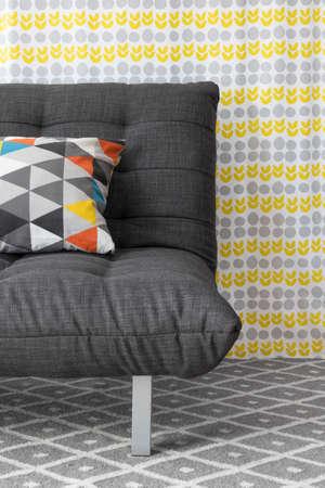 Sofa mit bunten Kissen, auf hellen floral background Standard-Bild - 24439136