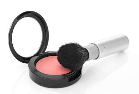 Rubor brillo rosa y pincel de maquillaje, aislado en fondo blanco