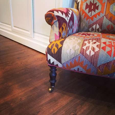 민족 디자인으로 안락 의자. 거실의 세부 사항입니다. 스톡 콘텐츠