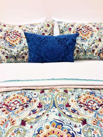 Close-up z łóżka. Kolorowa pościel z kwiatowym wzorem.