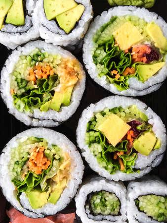Close-up van smakelijke vegetarische sushi op een donkere achtergrond.