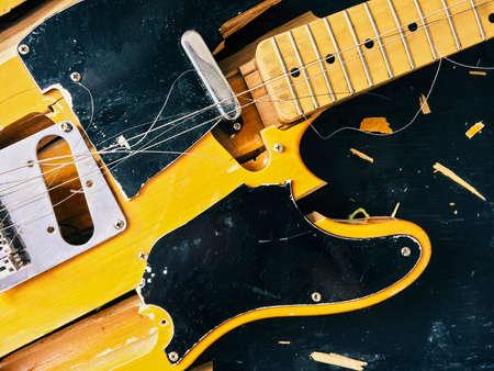 古いエレキギターを壊れた部分に落下します。 写真素材