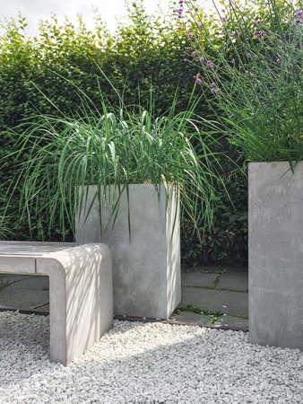 jardn con csped decorativo hormign y piedra detalles diseo photo with jardin con cesped y piedras - Piedra Decorativa Jardin