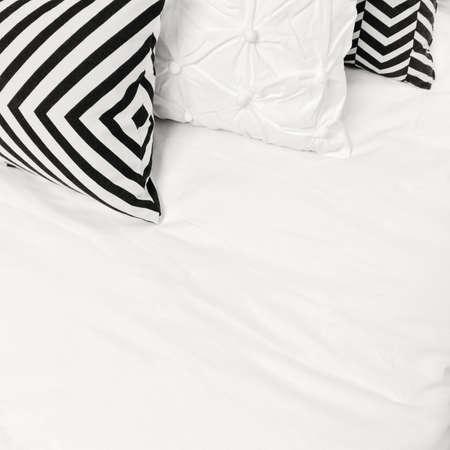 Eleganckie czarne i białe pościel z geometrycznym wzorem.