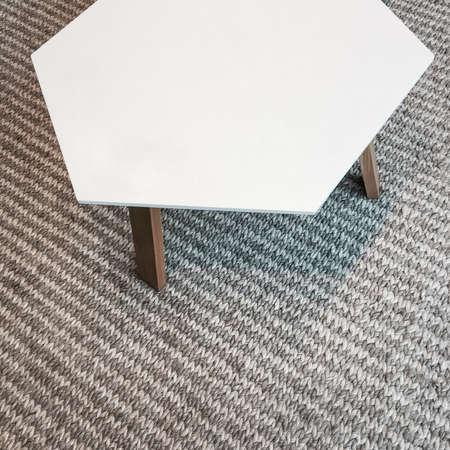 Moderner Weißer Tisch Auf Grauem Gestrickter Teppich . Skandinavisches  Design Standard Bild   96295886