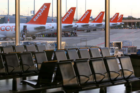 Amsterdam, Pays-Bas - 6 juillet 2014: EasyJet Airbus A320 queues à l'aéroport de Schiphol, Pays-Bas