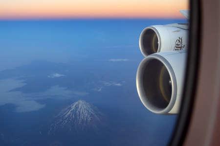 イラン - 2014 年 6 月 25 日: エミレーツ航空エアバス A380 の翼ビュー (ダマーバンド火山が見られる)。