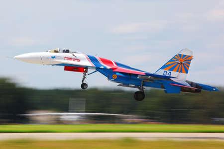 航空ショー: KUBINKA, MOSCOW REGION, RUSSIA - MAY 28, 2011: Sukhoi Su-27 jet fighter taking off at Kubinka air force base.