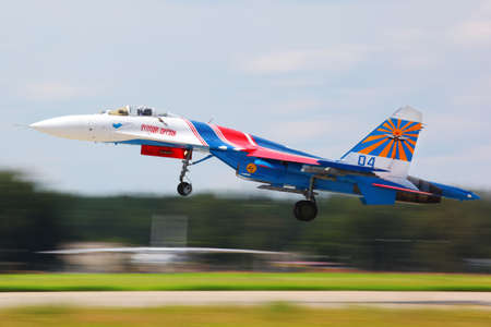 avion de chasse: KUBINKA, MOSCOW REGION, RUSSIA - MAY 28, 2011: Sukhoi Su-27 jet fighter taking off at Kubinka air force base.