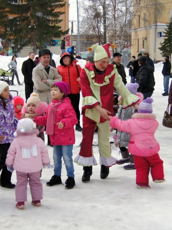 Farewell to winter in the city of Beloretsk,guarded Parking in the costumes of heroes of fairy tales entertain the children.