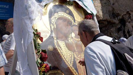 """am 15. Juni 2012, Stadt Krasnousolsk, Bashkortostan.Each des 9. Freitag nach Pascha ist religi�se Prozession mit der Ikone der Mutter Gottes """"?????????"""" mit tiefen Mal statt und ist immer noch wie am ersten Tag des Erscheinens ????? gefeiert"""