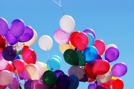 Viele farbige Ballons auf dem Hintergrund des blauen Himmels
